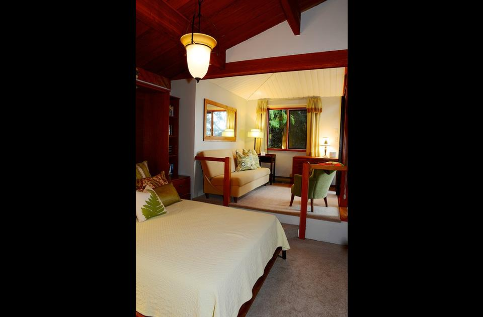 Quiet & Private trailside bedroom with sitting room and sea view
